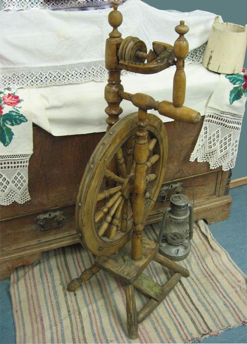 Деревянная прялка с колесом